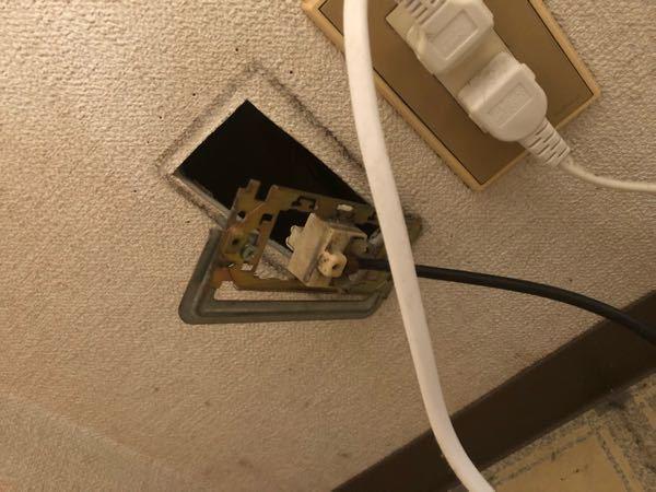テレビ線のプレートが外れて、壁に穴が開いたようになっています。これって自分で直せますか? 汚い写真で申し訳ないです、このような状態なのですが、業者を呼んだ方がいいでしょうか?自分で直すことが可能であれば自分でやってみたいのですが。