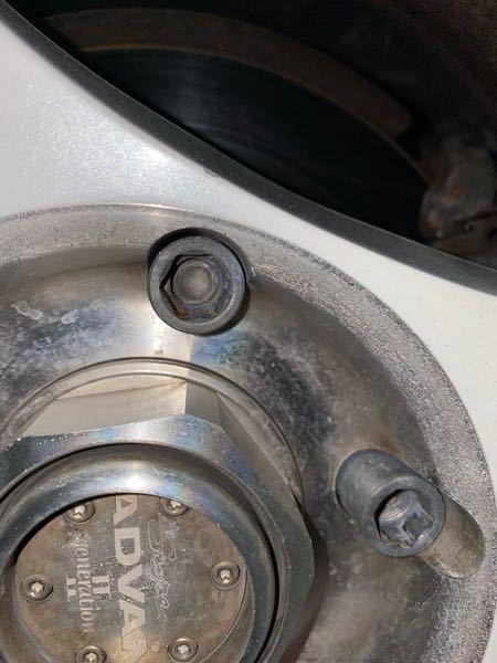 ホイールロックナットの外し方について質問です。写真のナット用のアダプターはなんだかわかる方いますか?中古車についてきたので分からず困っています。 以上ですよろしくお願いします ♂️
