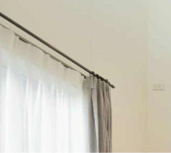 画像が見えにくくて大変申し訳ないのですが この黒いカーテンレールはどちらのものかわかる方はいらっしゃいますか??