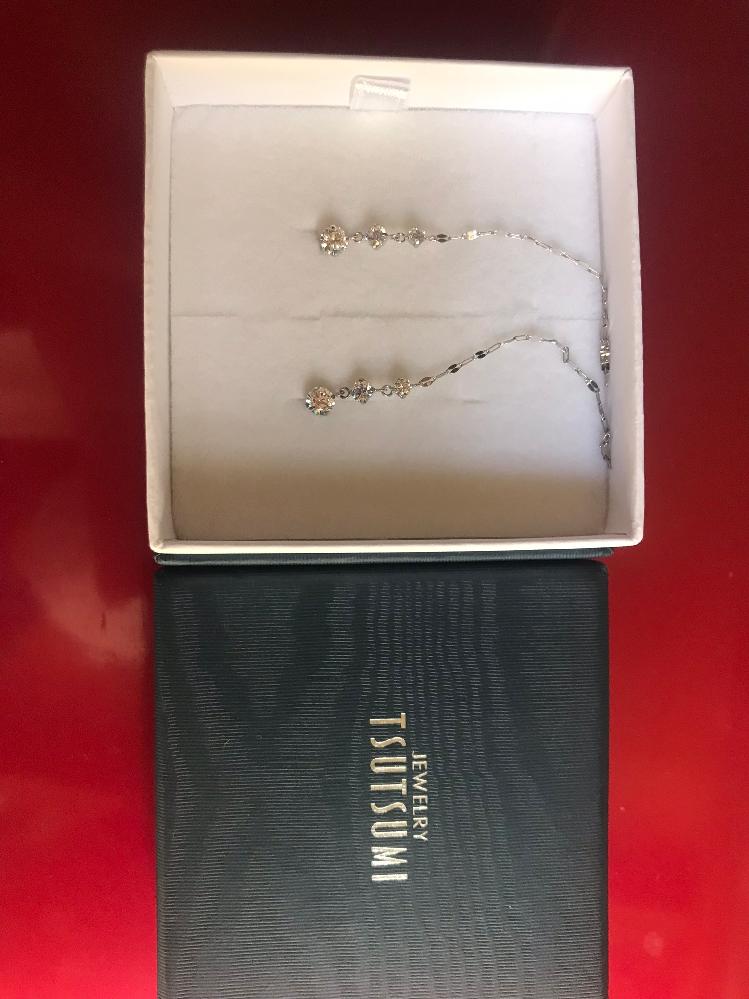 ネットで見つけたのですが、このピアスのダイヤは本物でしょうか? 箱にジュエリーツツミと明記してあります。また実際のお値段も知りたいのです。 貴金属にお詳しい方、画像では分かりずらいと思いますが、これと同じデザインのピアスをご存知の方がいましたら教えて頂きたいのです。
