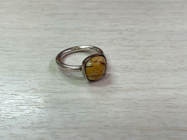 この指輪にはめられてる宝石の名前を忘れてしまいました。 誰かわかる方いませんか?
