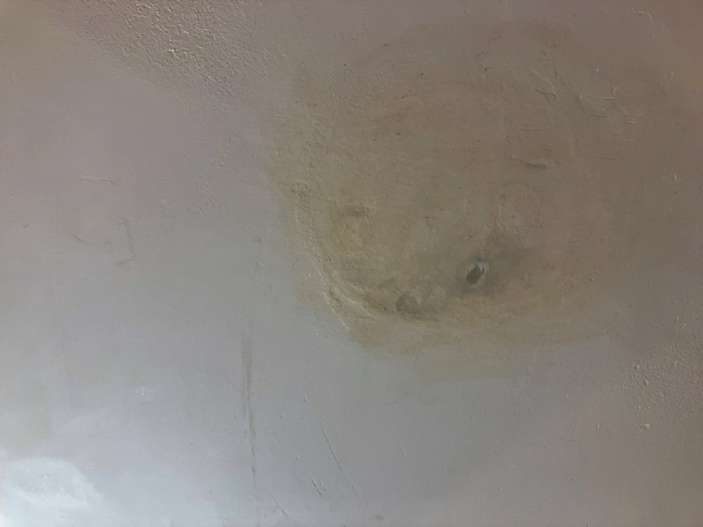 珪藻土の壁に子供が落書きをし、それを隠すために必死で擦ったようで、このように手垢で汚れ、こすり過ぎたところは石膏ボードが見えるまで剥がれてしまっています。 これは左官さんに依頼すれば修復可能でしょうか。