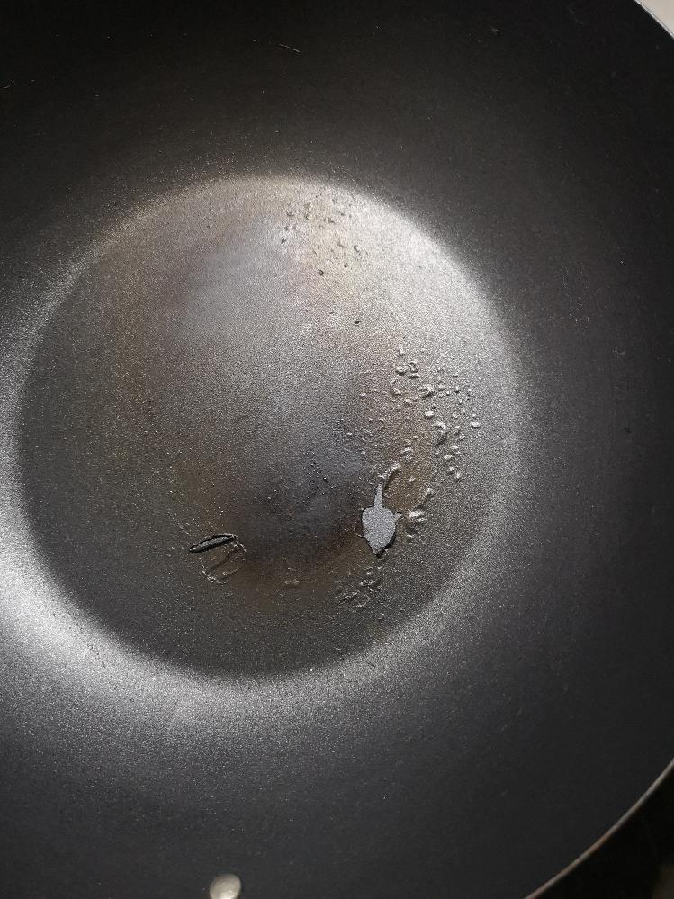 鉄製の炒め鍋を購入したはずなのですが、半年ほど使ってるうちにだんだん焦げ付くようになり、コーティングみたいなのが剥げてきました。 こんな感じで剥がれるという事は、一般的な鉄製の鍋ではないという事...