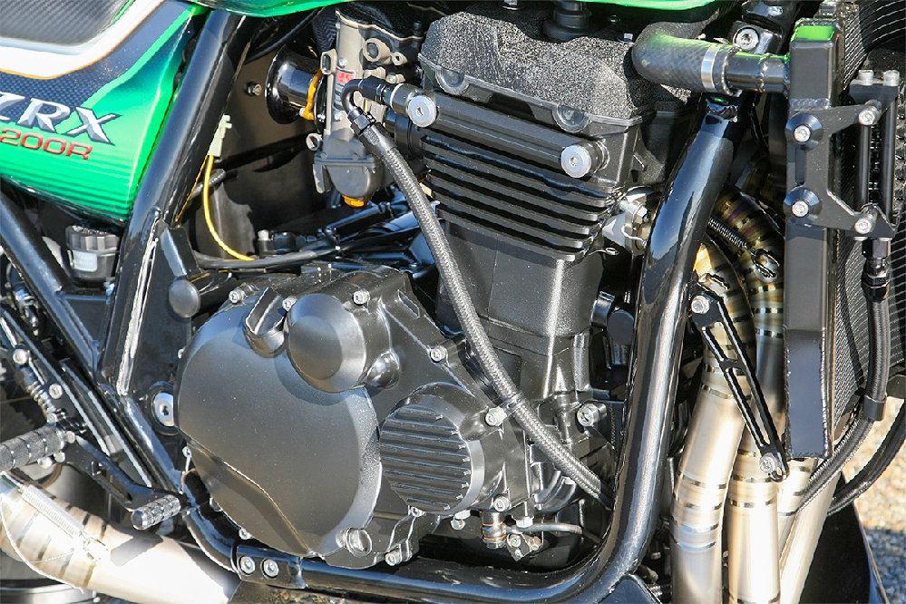 なぜZRX1200RはZRX1200ダエグより人気がないのですか。 ・・・・・・・・・・・・・・・・・・・・・・・・・・・・・・・・ よく分からないのですが。 ダエグはインジェクションだと思うのですが。 カスタムベースに考えたらキャプレーターのZRX1200Rのほうがいいのでは。 よく分からないのですが。 排気ガス規制を受けたインジェクションのダエグよりも。 FCRとかTRFとかのキャブに改造したZRX1200Rのほうが速いのでは。 よく分からないのですが。 インジェクションよりキャブレーターのほうが面白いというキャブレーター信者がいると思うのですが。 よく分からないのですが。 ZRX1200Rてキャブレーターなのになぜダエグより人気がないのですか。 と質問したら。 漢は黙ってカワサキ。 という回答がありそうですが。 ぶっちゃけTMRとかのキャブレーターに改造したZRX1200Rてダエグよりも速いのでしょう。 なぜキャブレーターなのにZRX1200Rてインジェクションのダエグより人気がないのですか。 それはそれとして。 バイクの世界てハイテックを全否定てロ―テックをマウントする人が多いですが。 よく分からないのですが。 ZRX1200Rてロ―テックなのになぜダエグより人気がないのですか。
