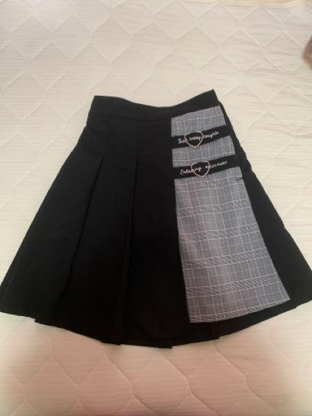 このスカートの上にはどんな服があいますか?
