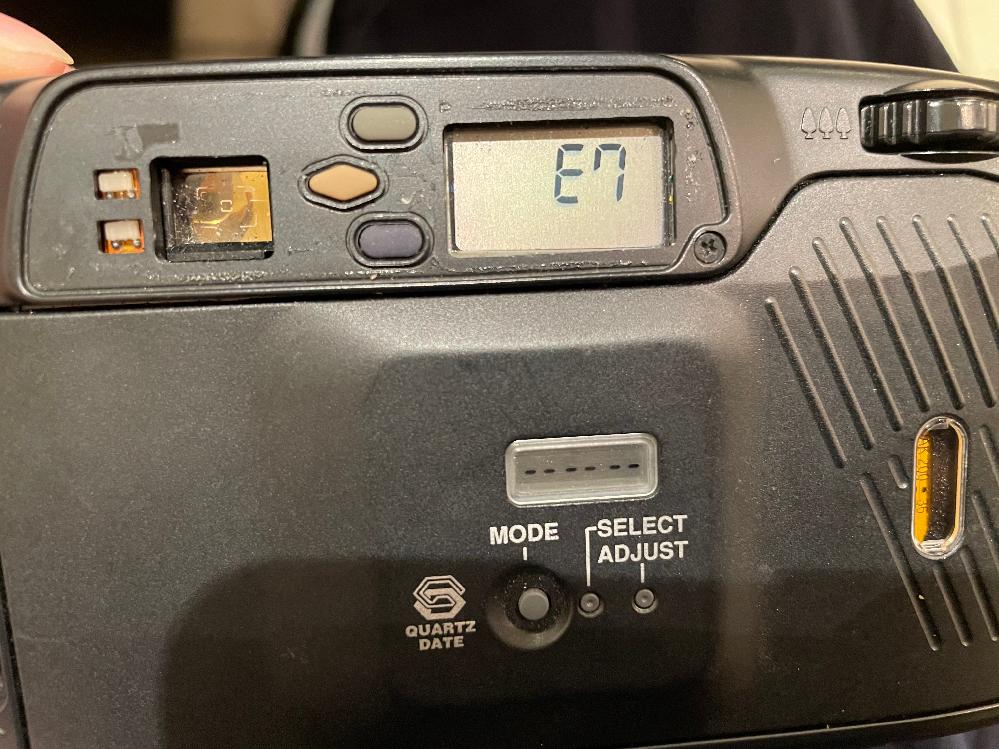 フィルムカメラで写真を撮ろうとしたら E7という表記が出てしまい写真が撮れませんでした。 E7がどういう状態なのか 自分で直せるものなのか カメラ屋さん等で直すのか など教えて頂けると嬉しい...