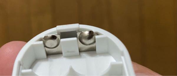 乾電池と接している写真の金属の部分の名前、わかりますか?またこの部品はどこかに売っているのでしょうか?ご存知の方がいらっしゃいましたら教えてください。お願いします。