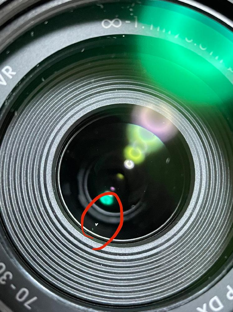 今年の4月に購入したNikon D3500のレンズについてです。 最近撮った写真に変な点がついていました。なんだろうと思いレンズを見てみたら、写真のようにレンズの中にゴミが入っていました。この場合Nikonの修理センターに連絡して掃除をしてもらったほうがいいでしょうか?またこのようなゴミを取り除くのに、Nikonさんの1年保証の無料修理は使えるでしょうか?