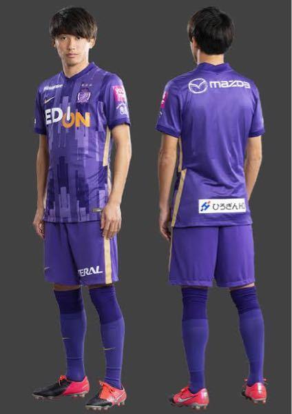 サッカーのユニフォーム規定では「審判が着る黒と明確に判別し得るもこでなければならない」と書いてありますが、紫色のユニフォームは大丈夫でしょうか? 下のJリーグのサンフレッチェのユニに近い感じの色のユニフォームです。