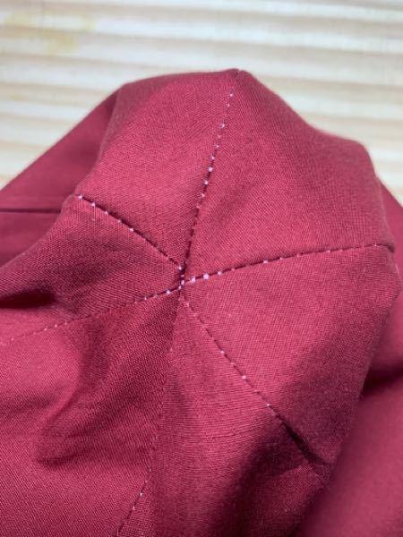 6枚はぎのチューリップハットを作っています。 3枚ずつ縫い合わせてから全体を中表で縫い合わせる方法でやったのですが、どうしても真ん中トップの部分がずれてしまいます。 高確率でずれない方法を教えてください。 よろしくお願いします。