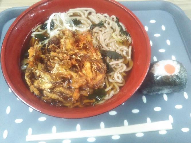 みなさん朝ごはんはなんでしたか?...僕は「天ぷらそばとおにぎり」500円でした(泣)❤。