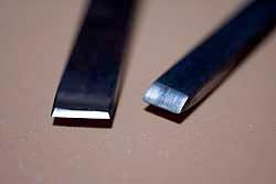 彫金の片切タガネで質問なんですが、タガネの刃は幅が広いほど深く彫れますか? あとバリが出にくいですか? わたしのは無理に彫るとバリが出るのですが?