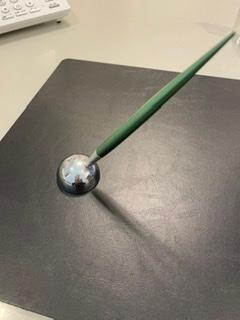 父の還暦祝いに画像のような名入りボールペン、スタンド付きを贈りたいのですが、おすすめありますか? 替えのインクが手に入りやすいメーカーでお願いします。