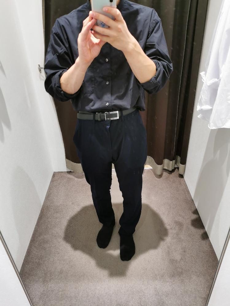 タックインのファッションについてです。 私は身長が低く上着を出すと胴長に見えてしまうこともあり、あまり好きではありません。 なのでタックインに挑戦してみようと思いUNIQLOで試着してみました。 ファッションセンスに不安があるので詳しい方アドバイスお願いします。
