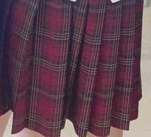 この色のスカートに合うカーディガンの色を教えて欲しいです!