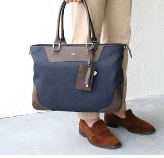拾い画で申し訳ないのですが、こちらの男性用通勤バッグのメーカーなどがわかる方いらっしゃいましたら、教えていただきたいです。 電車で全くおなじ鞄を持っている方がいて使いやすそうだと思い調べたら、画像だけたまたま見つけられてそこから行き詰まってしまいました。
