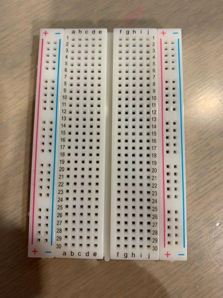 実験の授業で渡されたのですが、これの使い方が全然分かりません。配線がしやすくなるとかそんな感じかなとは思ってるんですけど誰か親切な方、これの使い方を教えて頂けないでしょうか? 数字とアルファベッ...