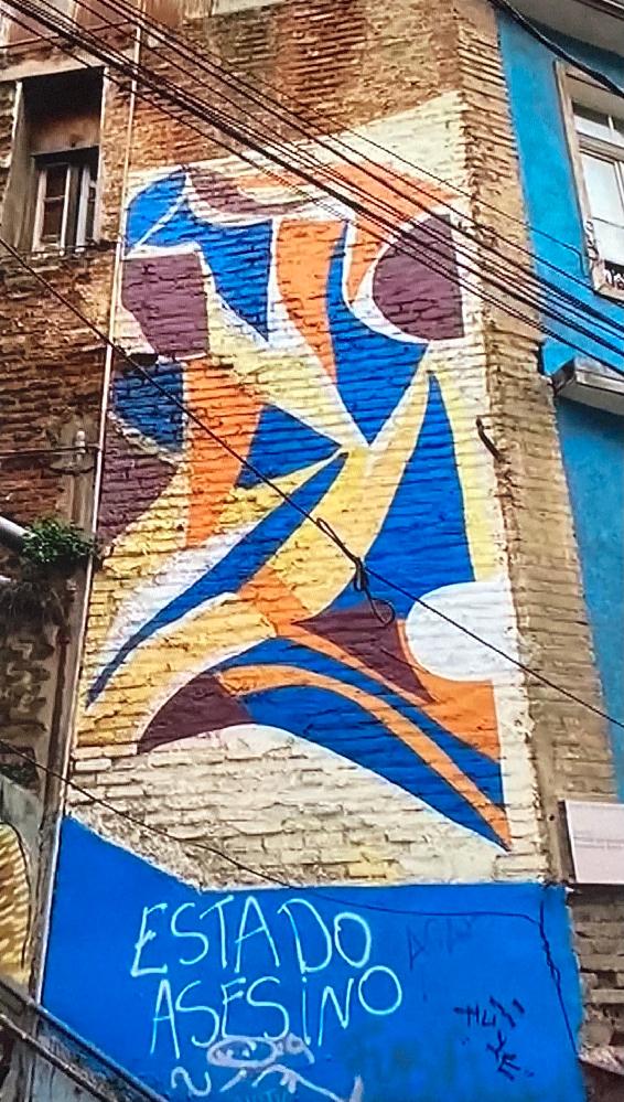 チリのバルパライソで、この青い壁画がある場所はどこなのか詳しい方教えてください。 画像は上から順に、カメラを左から右に移動させたもので同じ場所です。 https://i.imgur.com/nydrTNe.jpg https://i.imgur.com/iehndWQ.jpg https://i.imgur.com/sg6HIq4.jpg