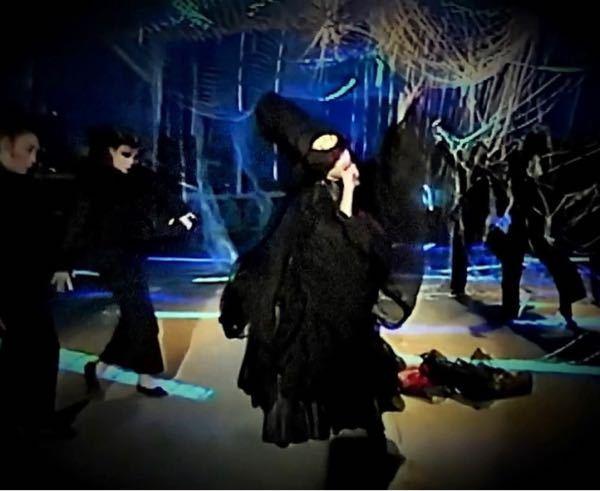 以下は、中森明菜さん自身のアイデアに基づいて製作されたセルフプロデュースアルバム「不思議」(1986年)からの「Back door night」と「マリオネット」の歌唱映像です。 皆様は、初めてこれをご覧になった時、どういう感想を持たれましたか? 今回初めてご覧になった方も、既にご覧になった事がある方も、率直な感想を教えていただければ幸いです。 https://youtu.be/eIddemnqSVY リリース当時、賛否両論あったアルバムですが、アルバム音源の感想ではなく、上記の生歌唱パフォーマンスの感想をお願いいたします。 楽曲、衣装、振付は明菜さんのプロデュースです。