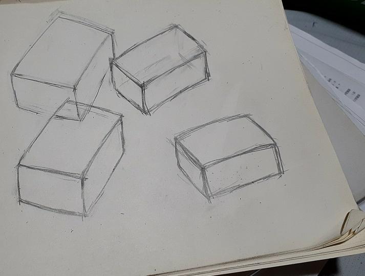 実物を観察しながらスケッチした箱です。おかしいでしょうか?描きたいのがアニメ絵でも箱などを正確に描き写せる能力は必要ですよね?