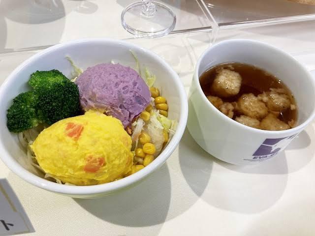 すき家の エヴァンゲリオンコラボ商品の サラダが珍しい紫色 だったが どうやって紫色に着色 しましたか