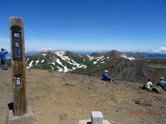初めて登った山ってどこだったかなぁ・・・? . 大雪山の旭岳だったかなあ。 お隣の山のほうへ行ってみたいって思った。 いつか行けるようになる日が来るのかな。 夏なのにトンボがたくさんいたのは、どこだったかな。