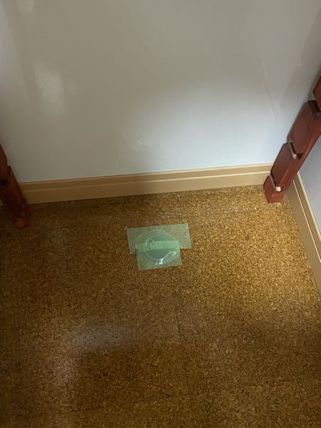 自宅のSKシンクを夫が取り除いたのですが、床に空いた穴は何かふさぐ方法がありますでしょうか?下水管に繋がっていて水が流れます。ずっと養生でその場凌ぎをしたまま、、、、笑 知恵をお貸しください!