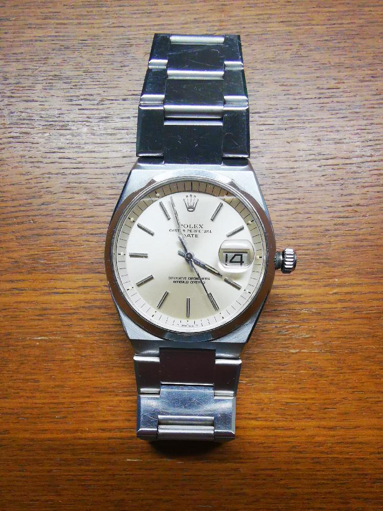 ロレックスの修理費用について 先日家を掃除していたら祖父の形見のロレックスが出てきました。あまり腕時計に詳しくないのでどのモデルかわかりませんが90年代に買ったものだと思います。今でも問題なく動き針の調整もできますが、竜頭の部分が壊れているようです元に戻りません。あと多少の傷もあります。祖父の形見なので修理して使いたいと思っています。このモデルの修理費用はどれくらいでしょうか? また正規店と時計専門店どちらで修理をしたほうがいいでしょうか?