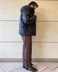 ダウンジャケットのサイズ感について質問です。 身長169センチ、体重55キロ普通体型メンズです。 この画像の様なサイズ感で着たいのですが、SサイズとMサイズで悩んでいます。 Sサイズ、着丈70.身幅61.袖丈87 Mサイズ、着丈72.身幅64.袖丈90 海外ブランドなのでサイズ感が分かりません。 どなたか教えて頂けると幸いです。