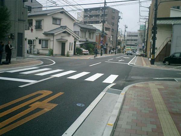 この様な横断歩道の場合 歩行者が渡ろうとしてたらどこで止まるのが正解ですか? ※右側です。