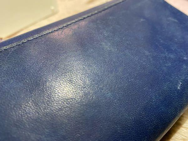 プレリーギンザ PrairiesGINZAの長財布です。 数年前に購入しました。恐らく、6年か7年前くらい…?価格は2万円程度だったと思います。 非常に柔らかく、なめらかでしっとりしたタイプの革で、比較的キメ細かいかな?と思います。 私は女ですし、この色でチャックの布部分がピンクなのでおそらくレディースかな?とは思うのですが調べても調べても同じものが出てこず…………… なんの種類の革なのか、どう手入れするのか、分かる方いらっしゃいましたら教えてください。 亡くなってしまった大切な人に買って貰った品ですので、出来る限り長くこの財布を使いたいです。