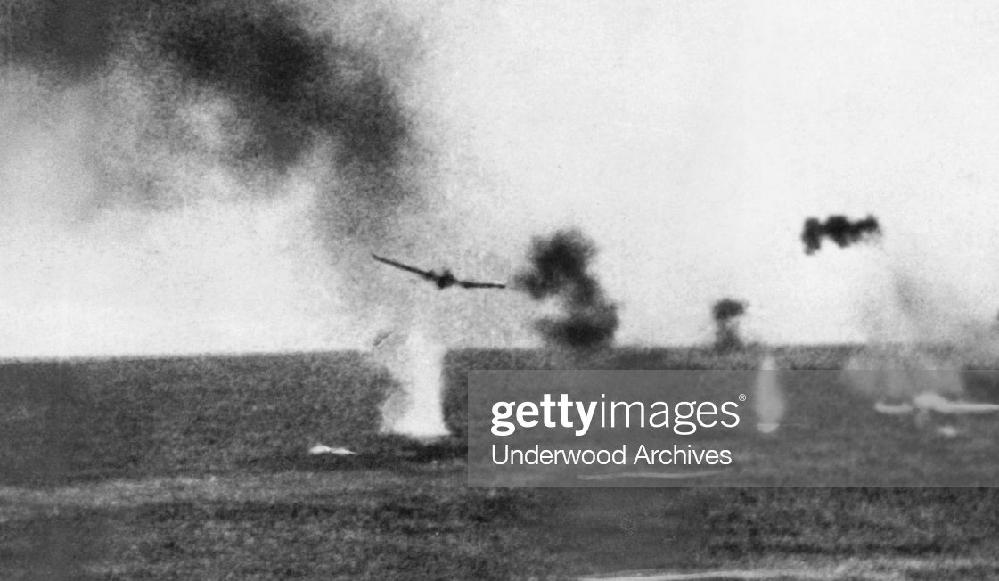戦争について調べていると、時には「お、こんな写真があったのか」と言う事があります。皆さんも経験あると思いますが、そう言う写真をシェアしませんか? 戦闘場面で なくてもいいです。よろしくお願い致します。 取り合えず質問者からこう言うものを、、、 魚雷を投下する一式陸攻。水柱が上がっている。珊瑚海海戦で米軍の撮影とされています。