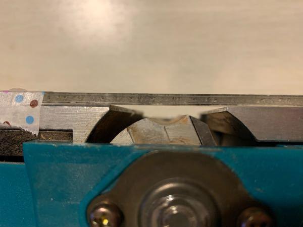 マキタの電気カンナの1900Bというモデルをヤフオクで買いました。かなり古そうですが普通に使えました。ただ刃がところどころ欠けていたので新しいのを買って交換したのですが、どうも元の状態と違うというか、YouTu beも見ましたし説明書も見たのですが、板というか刃の前後にあるステンレス?アルミ?の板に刃先が出るか出ないかで会わせろとの事ですが、普通~に取り付けると写真のように3mmくらいは刃が引っ込んだ状態になります。 アジャスターと刃の止め方で刃を突き出させる事が出来るのは出来るの気がするのですが、メモリもなく、並行を保つのと、あと2枚の刃を同じ状態にすることを考えたら至難の業過ぎて、どうやったら合わせられるのか全く分かりません。分かる方教えて欲しいです。宜しくお願いします。