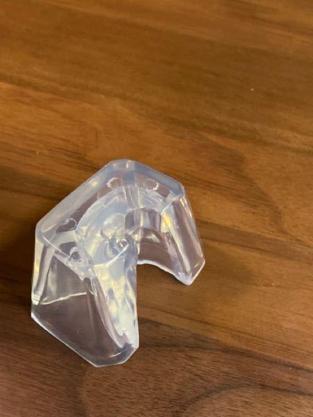 ヒロアカ一番くじでフィギュアの中に この透明な物が入っていました。 部品的にピッタリハマる物はなかったです。 どうやって使うものでしょうか、