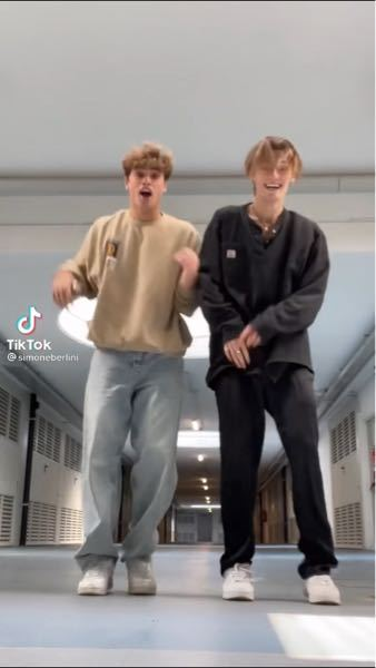 左の人が履いてるジーンズは何の種類ですか?リーバイスですか?