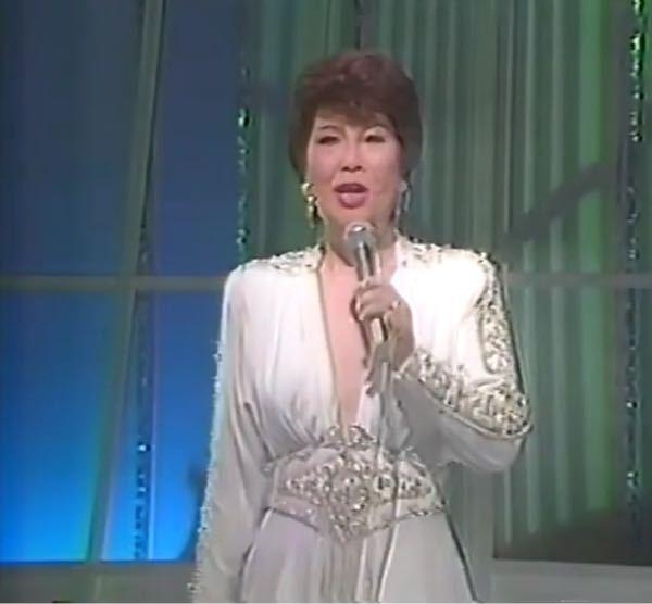 どうやってバストを支えているのですか? 在りし日のペギー葉山さんのドレスです。
