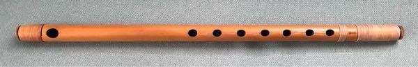 写真の横笛について教えて欲しいです。 長さ→48.5㎝ 太さ→直径2㎝ 笛の下に「獅子田」と書かれています。 ・写真の笛は何という種類の横笛なのでしょうか? ・音階とかありますか? 音楽、楽器についての知識がほとんどなくて、どなたか分かる方いましたら教えて欲しいです。お願いします。
