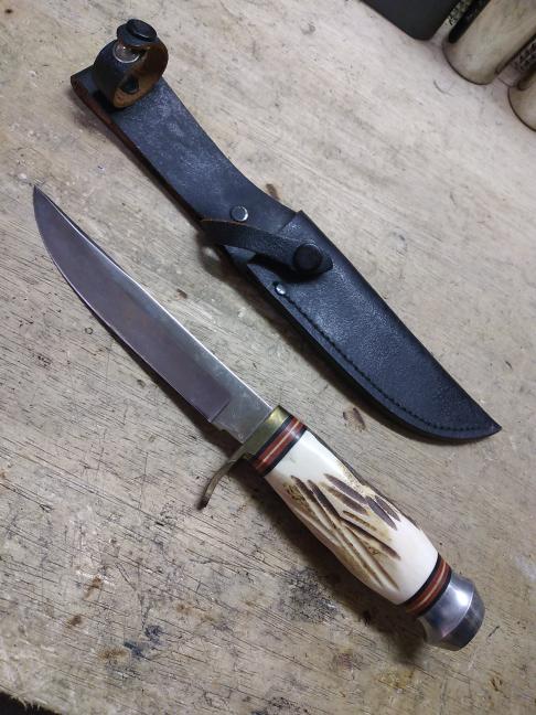 ナイフについて教えて下さい 倉庫を片付け中、画像のナイフが出てきました。 この分野には詳しくなく、刃部分に刻印なども一切ないので、どのようなナイフなのかわかりません。 刃には磁石がくっつきますが、倉庫内環境も悪くなかったのか、特にサビが酷いということもありませんでした。 多分、古いものかと思いますが、 使用用途として、キャンプなどのアウトドアで使用するには適してなかったりしますでしょうか? 詳細などお分かりなる方、ご教授お願いいたします。