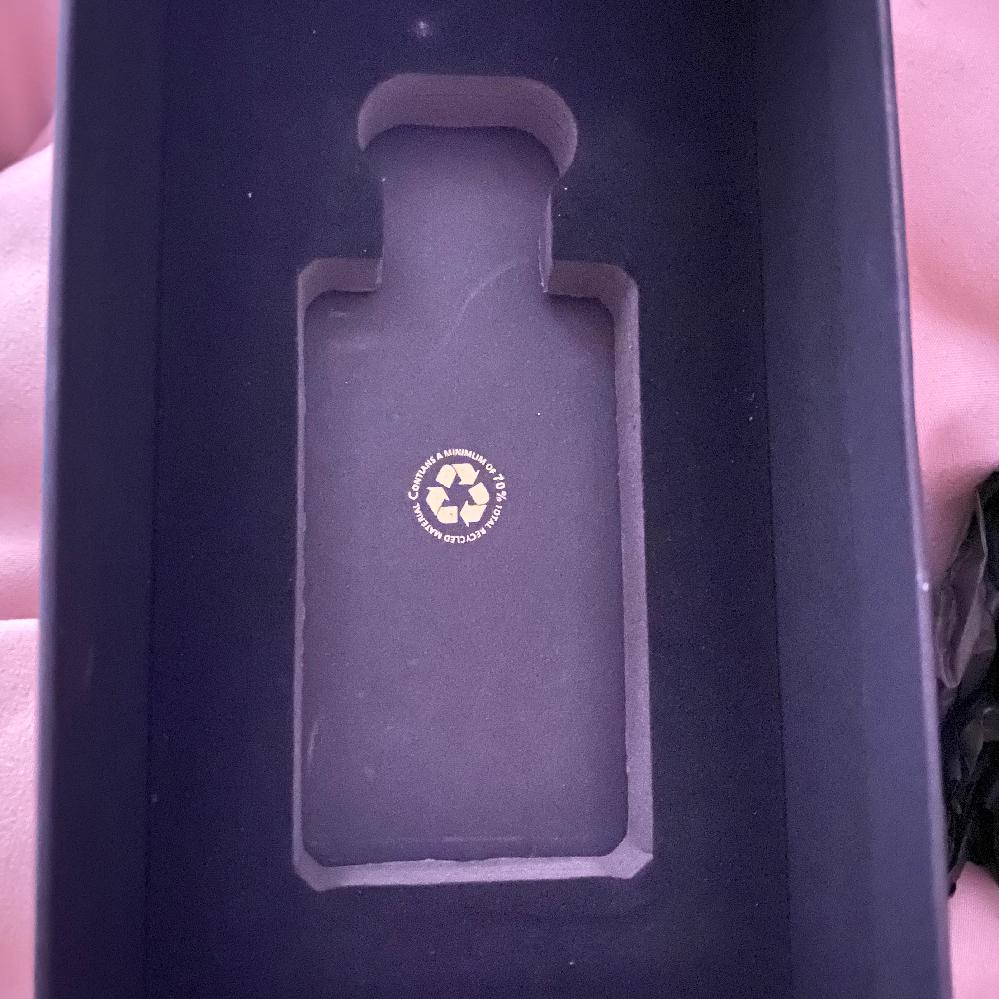 こちらのジョーマローンの香水をフリマサイトで購入したのですが偽物ですか? 偽物かな?っと思った点は箱の中にウレタン?みたいな固定するやつがあり、ネットで偽物と調べると本物にはそれがないみいな記事...