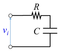 図の電気回路に一定電圧Viが入力された場合の定常状態での消費電力はどのように求めればよいでしょうか?