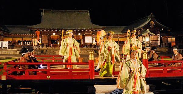 写真は、管絃祭の様子なのですがここで踊っている?女性たちの名称はなんですか? また、このような場で演奏される音楽のことをなんと言うのですか?