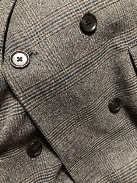 今日GUでダブルブレストテーラードジャケット(チェック)のダークグレイを買ったのですが、二つ目のボタン穴が空いてないのは自分で開けるものだからですか?もし自分でするのでしたら開け方ご存じですか?