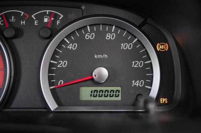 10万kmの中古車を買っても大丈夫ですか。 ・・・・・・・・・・・・・・・・・・・・・・・・・・ よく分からないのですが。 昔10万km走ったワゴンRを査定0円で下取りしてもらったことがあるのですが。 10万kmになったら乗り替えるのを決めていたので8万km走ったあたりから整備にはお金は一切かけてこなかったのですが。 ぶっちやけ下取りに出す最後の二年間はオイル交換しませんでした。 よく分からないのですが。 10万kmの中古車の現実てみんなそうだと思うのですが。 みんな売ると決めたクルマにお金をかけてメンテナンスする奇特な人ていないと思うのですが。 よく分からないのですが。 10万kmの中古車を買っても大丈夫ですか。 と質問したら。 自分で整備できるので安い10万kmの中古車を買って自分で整備して乗る。 という回答がありそうですが。 すいませんが。 8万km越えた時点で2年間整備放置の10万kmの中古車ですけど。 それはそれとして。 10万kmの中古車を買っても大丈夫ですか。 余談ですが。 僕は新車で買ったカローラがあるので10万kmの中古車を買う予定はありませんが。 試しに質問してみました。
