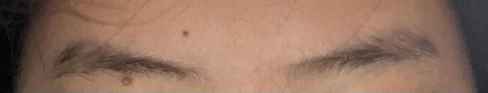 下にある画像は特に手入れをしていない、自然な状態の私の眉毛です。見てわかる通り、眉頭が細く、眉尻が太いです。しかし、一般的に理想とされている眉毛の形は逆で、眉頭よりも眉尻を細くするのが基本です。 そのような眉毛にしたくてネットで整え方を調べてみても、元からある程度形が整っている場合のやり方しか出てこずに困っています。 整え方が載っているサイト、自分はこうしているなどのコツ、あるいはこの形を活かした整え方などをご存知でしたら教えていただきたいです。 ちなみに今までメイクなどはしたことはありません。