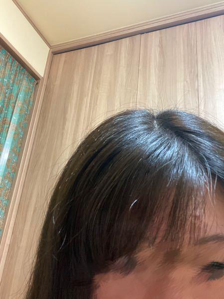 このような前髪です。 その側の前髪も内側にクルンってなってしまって上手く流し前髪がつくれません! もし良かったら 流し前髪の簡単なやり方をアドバイスして頂けると嬉しいです。 動画みてやった結果がこれです。本当に下手で、、
