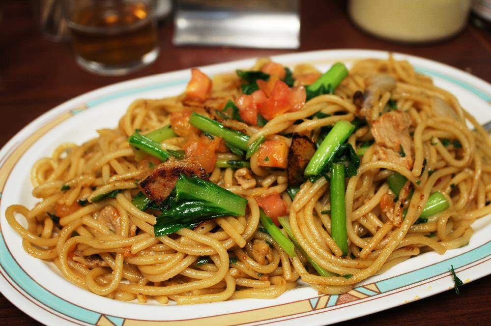 韓国人はどんなスパゲッティを食べていますか? 日本人が「たらこスパゲッティ」とか和風のスパゲッティを食べるみたいに、キムチ味とかチゲ味のスパゲッティを食べていますか? よろしくお願いします。 画像は銀座ジャポネの「ジャリコ」という和風のスパゲッティ