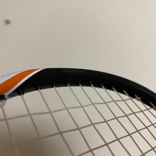 バドミントンラケットに関する質問です。 ホームストリンガーです。 GOSENの手動バネ式のものを使用しています。 画像のようにラケットフレーム上部の 張り始めの部分にヒビが入ることがあります。 今回