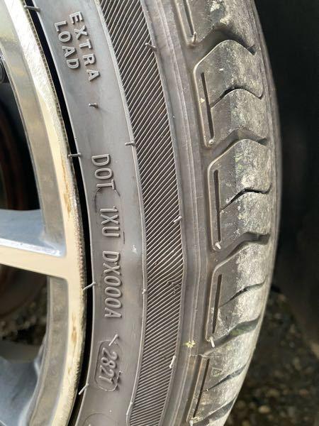 朝起きてタイヤ見たらこのようになってたんですけどタイヤ交換した方がいいですか?