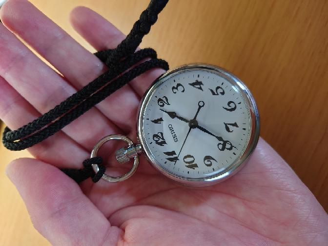 腕時計の代わりに懐中時計を持ち歩いていたら変な人だと思われますか?