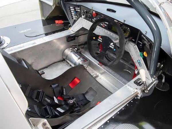 右ハンドル右シフトのレーシングカーはなぜこういった配置になっているんでしょうか? グループCカーに多いんですが右ハンドルなのに右側にシフトレバーがある車が存在します。 普通右ハンドルだったら左側にシフトレバーがありますが、右側に置く理由があるんでしょうか? 右側のシフトだとサイドシルにシフトレバーとかシャフトがあるので乗り降りもやりにくそうに見えます。